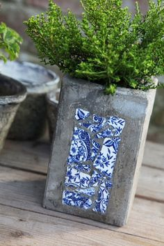 diy cement or concrete planter with inlaid blue and white pottery shards. Diy Concrete Planters, Concrete Crafts, Concrete Projects, Concrete Garden, Concrete Design, Diy Planters, Planter Ideas, Succulent Planters, Garden Planters