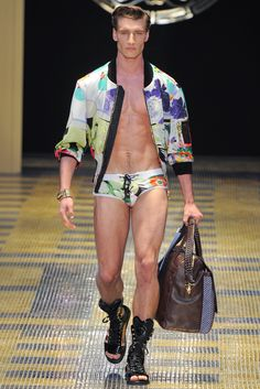 Versace Spring 2013 Menswear Collection Slideshow on Style.com Men Fashion Show, Fashion Fail, Fashion Show Collection, Only Fashion, Fashion Tips, Mens Fashion, High Fashion, Altering Clothes, Summer Swimwear