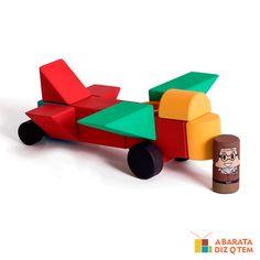 Imagine o quão divertido seria para uma criança ter sua própria cidade, com todos os objetos para deixar esse lugar ainda mais legal, como avião, trator, fusca, caminhão e cegonha! Os brinquedos são de madeira e já vêm prontos para a brincadeira; basta tirá-los da caixa e imaginar histórias.