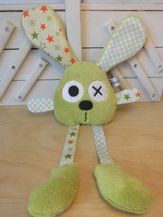 Doudou lapin vert blanc étoile et rond