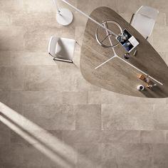 Collezione UNIKA di ABK. L'eleganza minimalista del pavimento nella foto si ottiene mescolando quattro formati (60x120 – 30x120 – 60x60 – 30x60 cm) nel colore ECRU. #abkemozioni #gres #porcellanato #ceramica #ceramics #tile #floor #desk