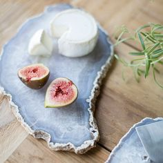 a chic agate slice serving board with a raw edge is ideal for serving any food Resin Crafts, Resin Art, Diy Crafts, Restauration Hardware, Meat And Cheese Tray, Rustic Outdoor Decor, Jewelry Tray, Types Of Furniture, Serving Board
