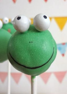 Why not adding some frog CakePops to a Princess on the Pea party? This one is made by That Baking Girl Zürich