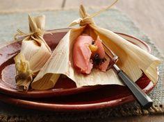 Tamales dulces mexicanos rosas,que pueden ser de piña con pasas o de fresas.