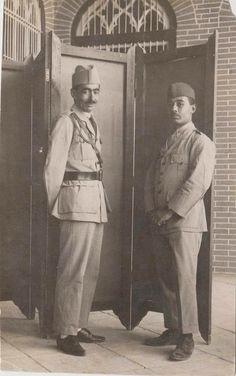 توفيق الدملوجي و تحسين قدري مرافقي الملك فيصل الاول في البلاط الملكي سنة 1921 ...