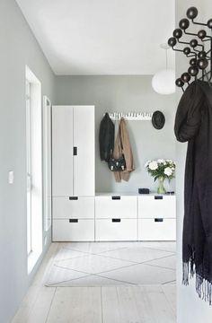deco hall d'entrée maison avec des meubles blancs et porte manteau en métal noir