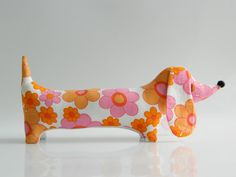 Mini Dachshund vintage pretty fabric daisies by aliceapple Vintage Cotton, Vintage Toys, String Crafts, Sewing Projects, Craft Projects, Mini Dachshund, Dog Pattern, Fabulous Fabrics, Sewing Toys
