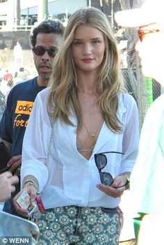 Coachella Rosie Huntington-Whiteley shows off plenty of skin in a short shorts and a plunging Rosie Huntington Whiteley Haircut, Rosie Huntington Whiteley Transformers, Coachella 2012, Coachella Style, Rose Huntington, Corte Y Color, The Blonde Salad, Models Off Duty, Blonde Hair