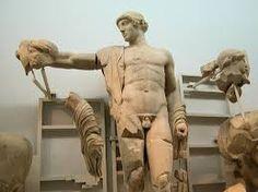 Apollo dal tempio di Zeus a Olimpia (471-456 a.C), attribuito all'anonimo Maestro di Olimpia, Museo archeologico di Olimpias. Sul frontone occidentale, sottoposto a importanti restauri già in epoca antica, Lapiti e Centauri combattono alle nozze di Piritoo, presiedute dalla figura centrale di Apollo.