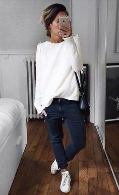 Jadore la coupe de ce pantalon. Le pull blanc et les jolies baskets en font,  #adore #baskets #blanc #coupe #jolies #pantalon