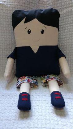 """Boneco em formato de travesseiro """"Naninha"""" de fronha removível. Produzido com tecido 100% algodão e enchimento anti alérgico . As Naninha podem servir de brinquedo para crianças maiores e também como decoração de quarto de bebês , é uma ótima companhia na hora do soninho."""