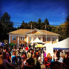 The crowd at the #fortlangleycranberryfestivalon a beautiful fall day. #langley #langleybc #fortlangley #fortlangleybc #tourismlangley #bc #britishcolumbia - @desi_rawr- #webstagram