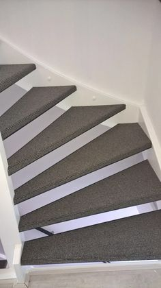 @interfloor tapijt gelegd op open trap met pvc profielen #tapijt