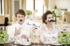 結婚式場写真「流行の演出「フォトサービス」 フォトプロップスという髭やメガネなどのアイテムを持って楽しい雰囲気の記念写真を♪二人だけでなく、ゲスト全員と記念撮影が出来るのもこの演出の魅力です♪」 【みんなのウェディング】