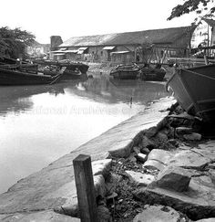 SOME BARGES MOORED ALONG SINGAPORE RIVER (1958) Straits Settlements, River Mouth, Singapore Photos, Photographs And Memories, Back In Time, Old Photos, Past, Nostalgia, Landscapes