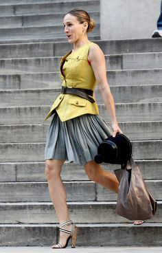 En ramenant des livres à la bibliothèque, Carrie découvre le lieu idéal pour célébrer son mariage avec Big, habillée d'une jupe plissée, d'u...