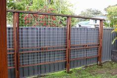 DIY Trellis Fence Idea for Climbing Plants made from Reclaimed Wood DIY Trellis Fence Idea … Metal Trellis, Trellis Fence, Garden Trellis, Flower Trellis, Side Garden, Garden Path, Hog Wire Fence, Diy Fence, Backyard Fences