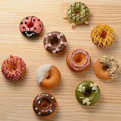 【焼きドーナツ】の材料は、富澤商店オンラインショップ(通販)、直営店舗でご購入いただけます。また、無料のレシピも多数ご用意。確かな品質と安心価格で料理の楽しさをお届けします。 Fancy Donuts, Cute Donuts, Mini Donuts, Donuts Tumblr, Cute Bakery, Colorful Donuts, Doughnut Shop, Donut Decorations, Delicious Donuts