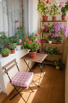 39 Awesome Small Balcony Ideas To Make Your Apartment Look Great Balcony design is quite critical for the appearance of the house. There are many beautiful tips for balcony design. Don't be scared to fill the space with Small Balcony Design, Small Balcony Garden, Small Balcony Decor, Balcony Flowers, Small Room Design, Balcony Ideas, Small Balconies, Balcony Gardening, Plants On Balcony