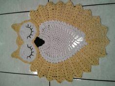 Tapete coruja dormindo feito de barbante em croche. <br>Ideal para beira de cama ou berço. <br>Cor branca com amarelo ouro <br>pode ser feito na cor que quizer.
