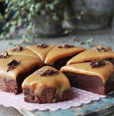 Brownies med saltkaramel-fudge (Recipe in Danish) Fudge Recipes, Cake Recipes, Dessert Recipes, Magic Chocolate Cake, Danish Food, Food Porn, Sweet Tarts, Yummy Cakes, Let Them Eat Cake