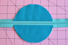 Circle Zip Earbud Pouch Tutorial - Dog Under My Desk Scrap Fabric Projects, Small Sewing Projects, Fabric Scraps, Sewing Hacks, Sewing Crafts, Drawstring Bag Tutorials, Zipper Pouch Tutorial, Zipper Bags, Sewing Patterns