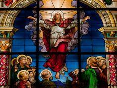 Le jeudi de l'Ascension est situé 40 jours après la fête de Pâques. Dans la religion chrétienne, cette célébration commémore la dernière rencontre entre Jésus ressuscité et ses disciples, juste avant son élévation divine. Ce jour symbolique est considéré par les croyants comme un rendez-vous spirituel essentiel, qui marque le dernier passage de Jésus sur Terre et son installation auprès de Dieu. Avant de disparaitre sous leurs yeux, le Christ bénit ses apôtres et leur promit l'arrivée…