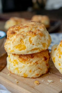 Gluten Free Cheese Scones are a savory, fluffy scone recipe flavored with cheddar and garlic. If you love Red Lobster& Cheddar Bay Biscuits, you will love this easy gluten free copycat version! Gluten Free Cheese Scones, Gluten Free Biscuits, Quick Bread Recipes, Gluten Free Recipes, Cheddar, Sin Gluten, Savory Scones, Foods With Gluten, Red Lobster