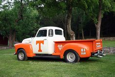 Best Of AmericanTowns delivers the most interesting and unique places in America right to your fingertips. Browse the best places to eat, live, and visit. Tn Vols Football, Tennessee Volunteers Football, Tennessee Football, Tennessee Girls, State Of Tennessee, Vol Nation, Orange Country, Go Vols, University Of Tennessee