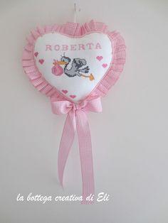 Come realizzare un fiocco nascita a forma di cuore Cerimonie fai da te creativapp regali fai da te stoffa e lana Cross Stitching, Cross Stitch Embroidery, Cross Stitch Designs, Cross Stitch Patterns, Felt Crafts, Diy And Crafts, Crochet Wallet, Kit Bebe, Baby Nest