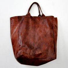I'd die for this leather tote. Oversized brown leather bags are such a weak spot. My Bags, Purses And Bags, Big Purses, Fashion Bags, Fashion Accessories, Leather Accessories, Milan Fashion, Fashion Models, Mode Outfits