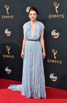 Hannah Murray no tapete vermelho do Emmy 2016