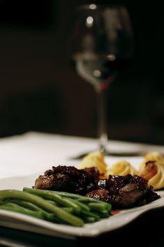 Zu Rehmedaillons, Bohnengemüse und Herzoginkartoffeln gab es kürzlich diese leckere Rotweinreduktion, Geht super schnell und passt perfekt zu Wild, aber auch Rind oder Schwein. #rezept #kochen #essen #recipe #cooking #kitchen #rotwein #wein #wine #vino #sauce #soße #reduktion #wild #reh #fleisch #sonntag #weekend #wochenende