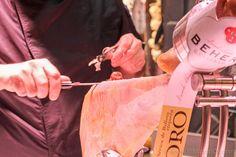 Jamón recién cortado en el puesto gourmet de Beher en el Mercado de la Merced Málaga