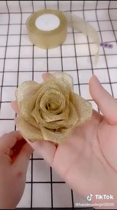 Easy Fabric Flowers, Diy Lace Ribbon Flowers, Ribbon Flower Tutorial, Paper Flowers Craft, Cloth Flowers, Flower Diy, Diy Ribbon, Ribbon Crafts, Flower Crafts