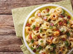Pasta salad with a difference: Tortellini salad - Pastas - Nudel Salat İdeen Salmon Salad Recipes, Lunch Recipes, Pasta Recipes, Chicken Recipes, Pasta Salad With Tortellini, Tortellini Bake, Pasta Bake, Italy Food, Pasta Dishes