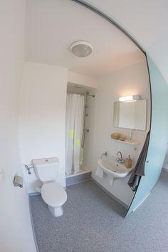 Salle de bain privative du studio 1 personne avec douche, lavabo et WC Maurice, Bathtub, Bathroom, Studio, Small Shower Room, Standing Bath, Washroom, Bathtubs, Bath Tube