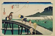 太田記念美術館(@ukiyoeota)さん   江戸の旅人たち。田植えの季節、初夏の爽やかな風を受けて高く飛ぶのは遠州凧です。右奥には秋葉権現が鎮座する秋葉山が見えます。橋の上で僧に対してお辞儀する老婆は参詣の途中なのかもしれません