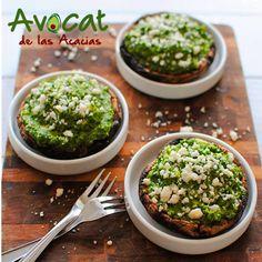 Deliciosos portobellos rellenos de arroz integral y pesto de aguacate y brócoli ¡Receta saludable! #avocatacacias #aguacatehass #consumemashass