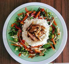 Orez thailandez fiert cu legume(țelină,morcovi,ardei gras,ciuperci,fasole,ceapa, brocoli), carne de pui fiarta și apoi trasa la tigaie cu un cub de unt...  Sare, piper alb, mărar, pătrunjel, boia picantă.  Bon appétit mon amis