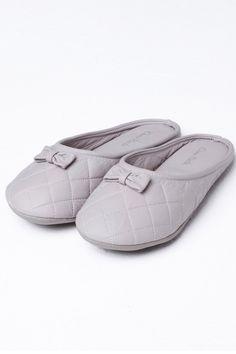 A Dama Necta é uma loja de fábrica online de pijamas, camisolas e homewear com um linha de produtos jovens, confortáveis, com um toque de sensualidade, porém sem perder a elegância. Valorizando a diversidade, a Dama Necta também oferece produtos plus size. Fendi, Ballet Dance, Dance Shoes, Slippers, Girls Pajamas, Toque, Shoe Sale, Women's Shoes, Footwear