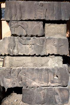 Adilcevaz'da bulunan bir Urartu Kalesinin kalıntıları arasında taş üzerine işlenmiş Urartu Fırtına ve Savaş Tanrısı Teişeba'nın Alçak kabartması ve tasvirî portresi, Van Müzesi.