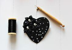 Custom'patch coeur , coeur noir , patch coeur , écusson coeur , coeur brodé , fleur de soie , cadeau pour elle , cadeau St-Valentin , patch de la boutique Heollene sur Etsy