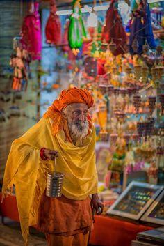 Hombre con lata de leche, el mercado de la India Pushkar