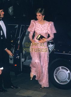 HRH, THE PRINCESS DIANA OF WALES.Guildhall, London, England, Winter1986..Lady Di royal full length pink dress gold circles printed print patterned long-sleeved puff sleeves shoulders shoes matching clutch bag arriving getting out of car stepping.Ref: CAP/PL.©Phil Loftus/Capital Pictures