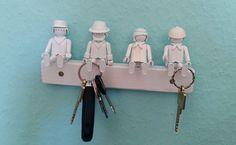 Flohmarkt sei dank haben wir jetzt für gerademal 1€ ein neues Schlüsselbrett. (Bauklotz: umsonst, Playmobilfigur: 20Cent pro Stück, Mann, der das Werk direkt anschraubt: unbezahlbar)