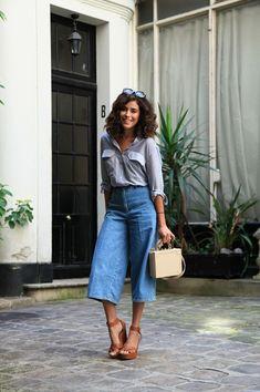 Guia de estilo: qual sapato usar com calça pantacourt - #GuitaModa. Camisa social listrada, calça jeans, sandália plataforma, bolsa box