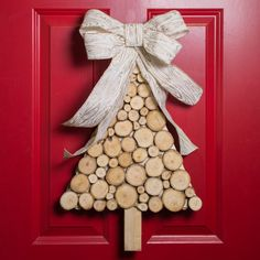 20 Tree decoration made of disc slices of wood 832532681101136442 Christmas Wood Crafts, Christmas Projects, Holiday Crafts, Christmas Crafts, Christmas Stuff, Christmas Ideas, Creative Arts And Crafts, Diy Crafts To Do, Crafts For Kids