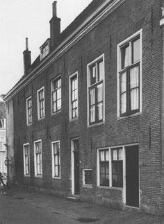 Lombardstraat 2-2A, Vianen. De indeling van onderhuis met een zaal erboven is uit het rechtergedeelte van de gevel goed af te lezen, opname 1965 - via Catharina van Groningen via DBNL