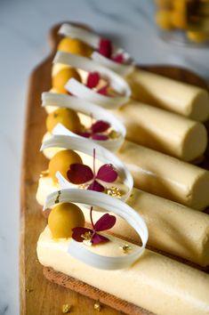 Havtornsmousse med sprød lakridsbund Patisserie Design, Mousse Dessert, Food Picks, Sweets Cake, Bakery Cakes, Yummy Eats, Dessert Recipes, Desserts, Love Food